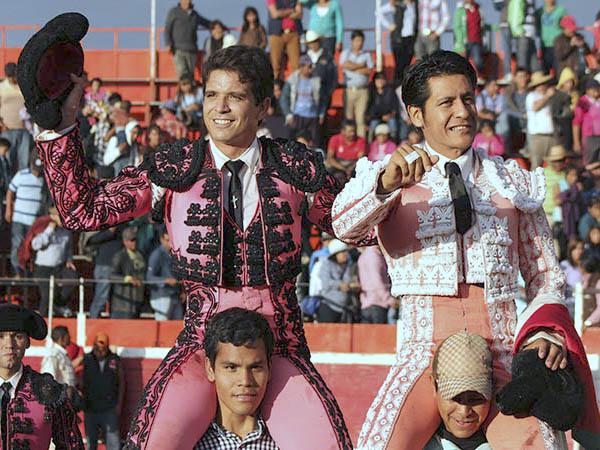El Chihuahua y El Zapata, a hombros en Tlaxiaca