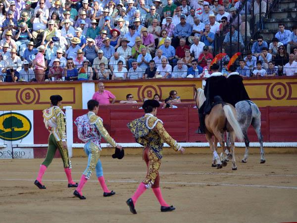 Todos salen a hombros en Badajoz